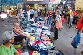 Casi la mitad de la fuerza laboral venezolana está tirada en las calles vendiendo peroles. Es una vía para sobrevivir