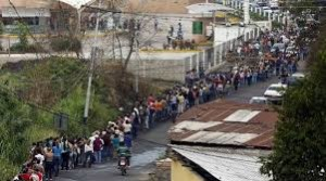 En Venezuela los ciudadanos siguen haciendo colas para comprar comida